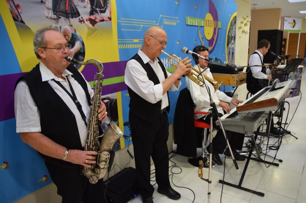 Pécsi együttes muzsikájára mulattak a nyugdíjasok