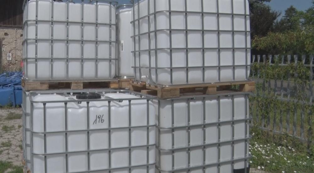 Egy köbméteres tartályok az esővíz és a hólé tárolására