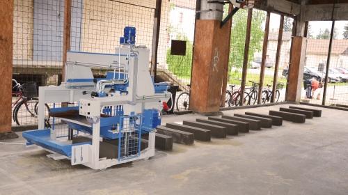 Próbamunkán az új betonelem-gyártó gép