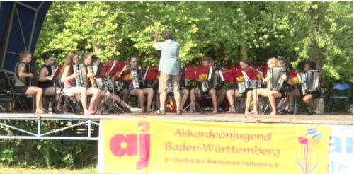 Ajándékkoncert ifjú német harmonikásoktól