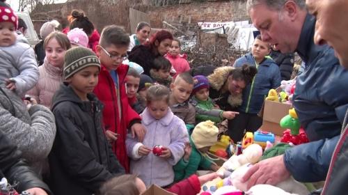 Ajándékokat és ételt kaptak a rászorulók